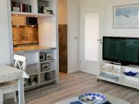 Wohnzimmer mit Durchreiche zur Küche
